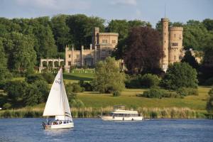 Zwei Boote auf dem Tiefen See, im Hintergrund Schloss Babelsberg.
