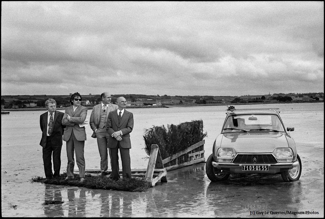 Zatoka Kernic, Plouescat (dep. Finistère). Podczas wyścigów konnych w czasie odpływu zatoka była wykorzystywana jako za tor wyścigowy. 05.08. 1973. © Guy Le Querrec/Magnum Photos